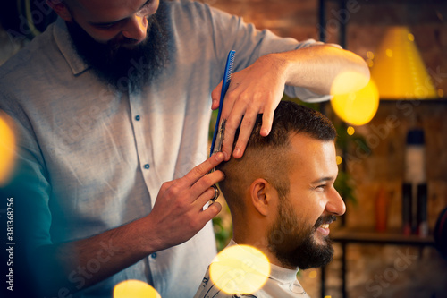 Good looking man visiting barber shop Fototapet