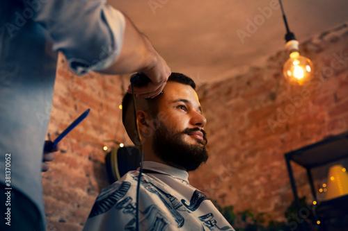 Fotomural Good looking man visiting barber shop