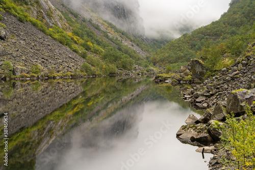 Dolinia Måbødalen (Mabodalen) w okolicy rzeki Bjoreio w gminie Eidfjord w Vestland w Norwegii. - fototapety na wymiar