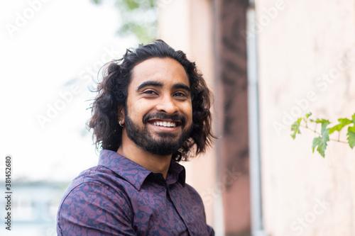 Fotografía Junger Mann mit langen Haaren und Bart aussen