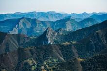 Vistas De Las Montañas De Ast...