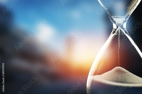 Obraz na plátně Sand running through the bulbs of an hourglass