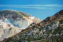 Górzysty Krajobraz Greckiej Wyspy Naxos W Słoneczny Dzień. W Tle Kamieniołom Marmuru.