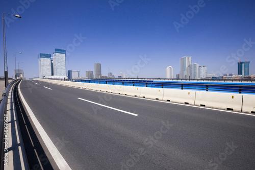 Fototapeta 道と高層ビル