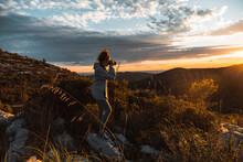 Fotografo Disparando Foto En Atardecer