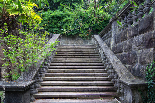 Fotografía Ancient staircase are grey stone with stone balusters on a background of green v