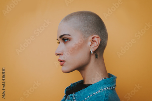 Fotografía Image of a beautiful woman with bald shaved hair