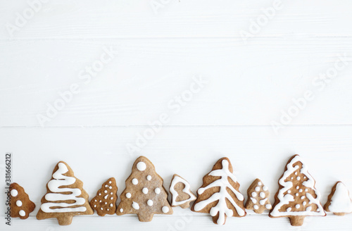 Photo Tasty minimalist homemade gingerbread christmas tree cookies with icing