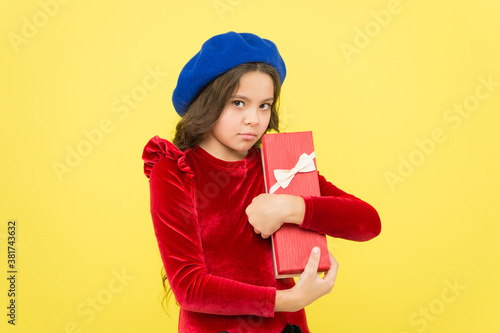 Fotografía greedy girl hold gift box purchase after successful shopping sale, shopaholic
