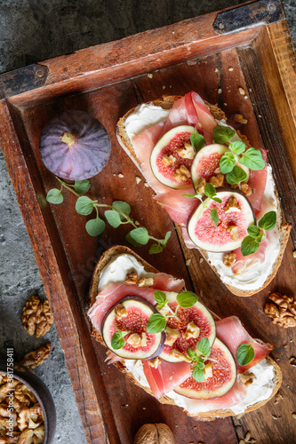 Sandwich with goat cheese, prosciutto, figs and walnuts
