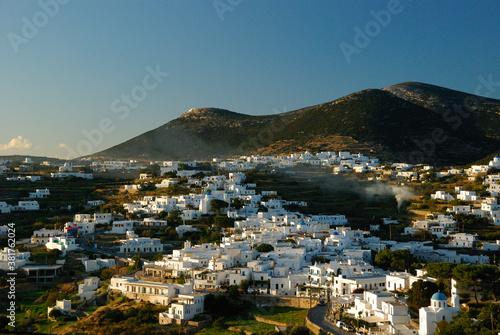 Widok na góry i białe domy na wyspie Sifnos w październikowy pogodny dzień