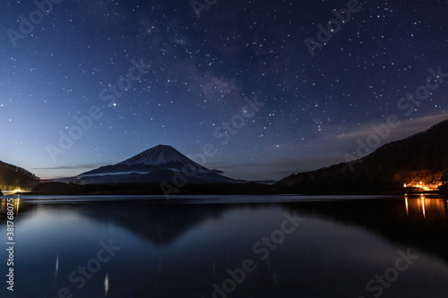 Fototapeta 富士山と天の川(精進湖) obraz