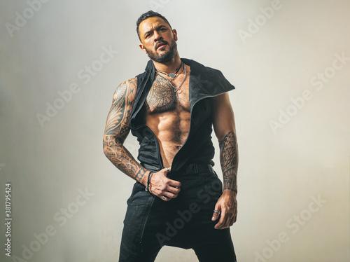 Valokuva Muscular shirtless male model