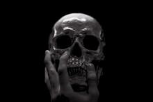 暗闇に浮かぶ頭蓋骨