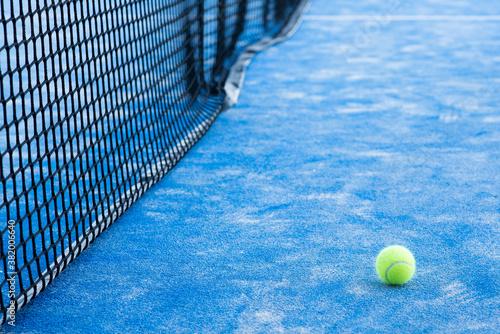Fotografiet tennis ball near the net