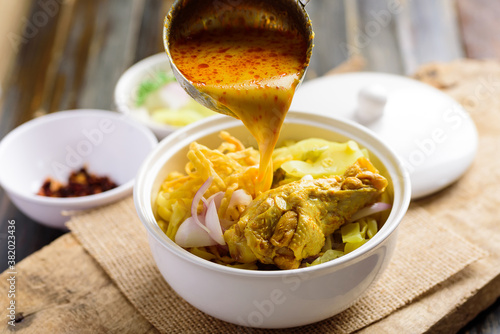 Northern Thai food (Khao Soi), Spicy curry noodles soup with chicken cooking in Fototapet