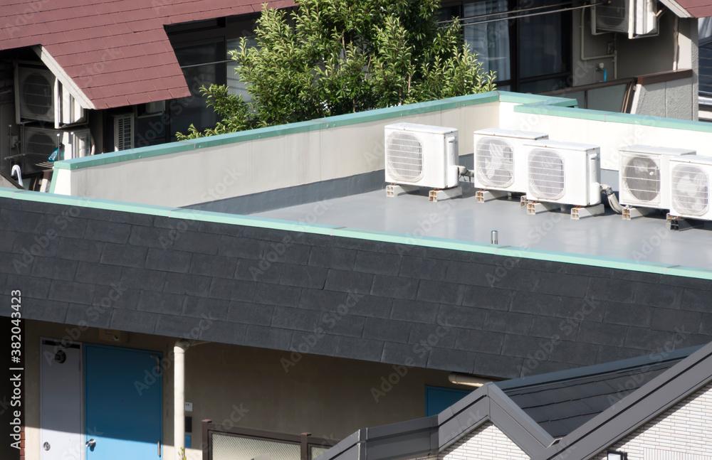 Fototapeta 建物 屋上に置かれたエアコン室外機 イメージ