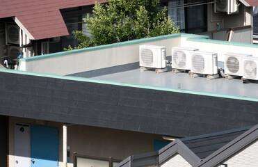 建物 屋上に置かれたエアコン室外機 イメージ