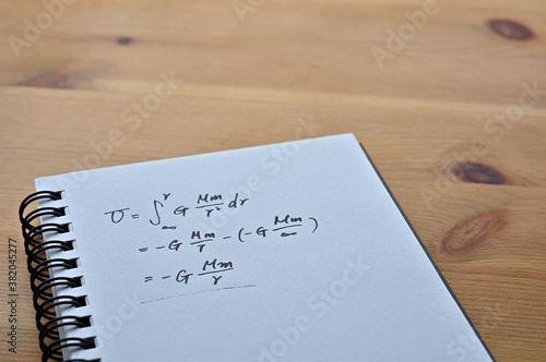 Canvastavla Close up of the notes with the formula for the law of universal gravitation