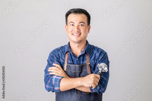Valokuva Asian man in barista uniform holding Coffee Bottomless Portafilter in studio iso