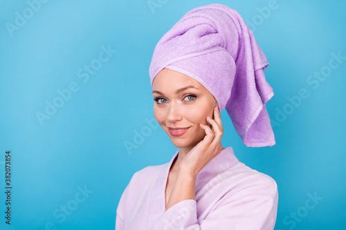 Cuadros en Lienzo Photo of charming lady palm cheekbone look camera wear violet towel turban bathr