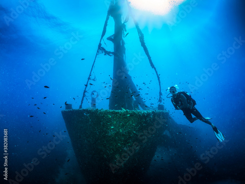Fotografía A scuba diver in front of a sunken shipwreck on the Aegean seabed in Skiathos, G