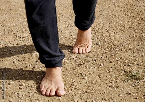 Fototapeta Camminare a piedi nudi nella natura: piedi su terreno naturale.  obraz