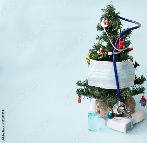 Canvastavla Christmas tree decorated with stethoscope and blue face masks