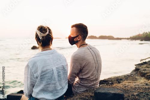 Photo Unrecognizable couple admiring sunset