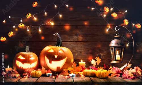 Halloween pumpkins with lantern on wooden background Tableau sur Toile