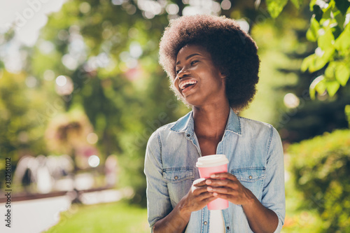 Valokuva Photo portrait of laughing cheerful black skinned girl keeping pink paper cup of