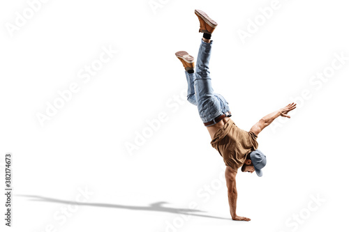 Photo Young fit man in jeans performing a one handstand