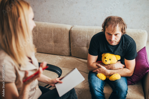 Photo A woman psychologist provides psychological assistance to an adult man with a ch