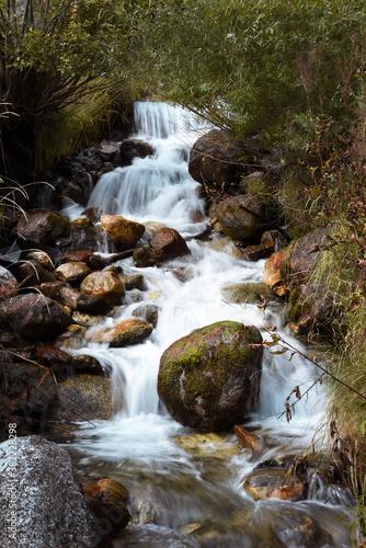 fiume ruscello cascata sorgente acqua montagna acqua fresca relax benessere  Wall mural