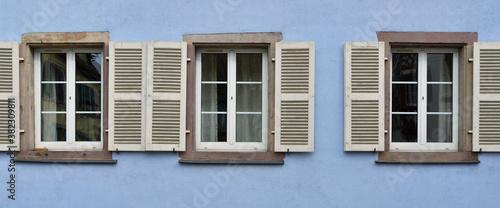 Fotografie, Obraz Panoramique trio de fenêtres sur mur bleu d'Alsace
