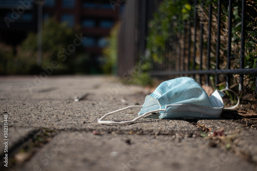 Corona face mask tossed away on the streets in a Dutch suburban area Fototapet
