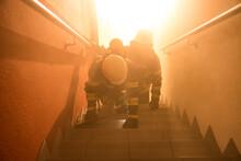 Feuerwehr Mit Atemschutz Auf D...