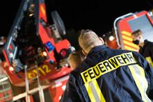 Symbolbild Feuerwehrmann Vor D...