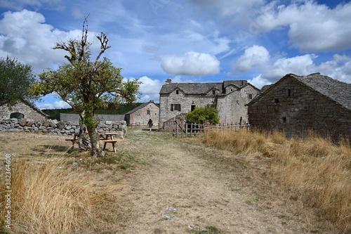 Fotomural village ancien causse de Sauveterre cévennes France