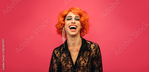 Photo LGBTQ drag queen laughing on pink background
