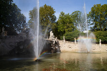 Fontana Delle  Stagioni, Giochi D'acqua Con Arcobaleno E Cielo Azzurro, Torino Castello Del Valentino In Italia