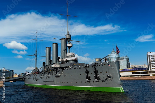 Fotomural Revolution battleship Kreyser Aurura getting anchor forever