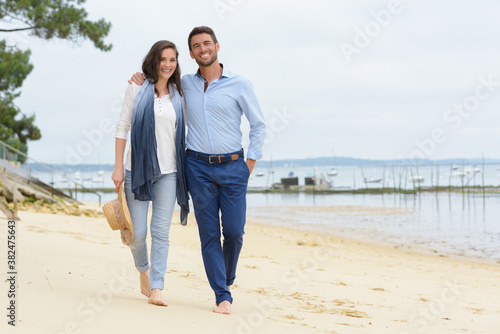 Fotografie, Obraz couple on casual clothing walking on beach