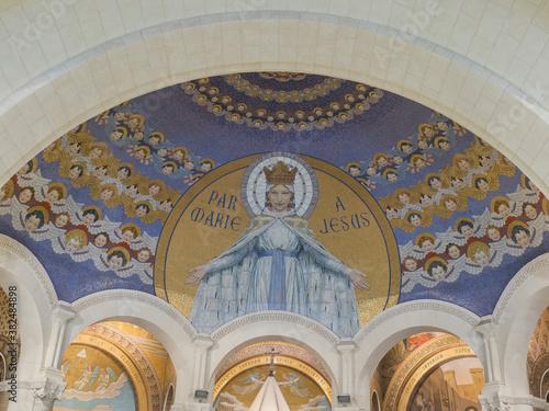 particolare del mosaico nella basilica di Nostra Signora del Rosario, una chiesa Fotobehang
