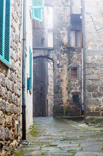 Alley between buildings in a city Slika na platnu