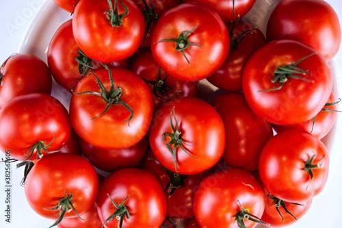 Warzywa pomidory z upraw ekologicznych nie sa wizualnie doskonałe ale sa bardzo zdrowe gdyż do ich pielęgnacji nie użyea sie środków chemicznych