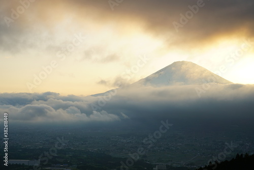 Obraz na plátně 雨雲の上の富士山を望む
