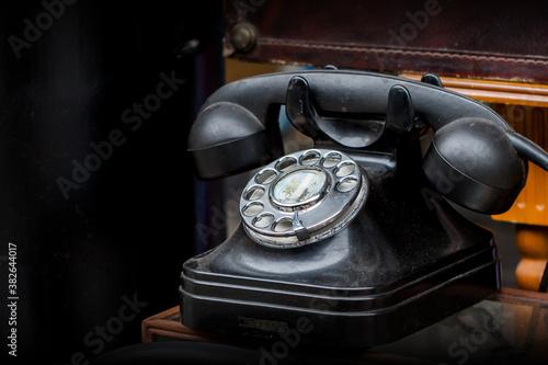 Papel de parede Ein altes schwarzes Telefon mit Wählscheibe
