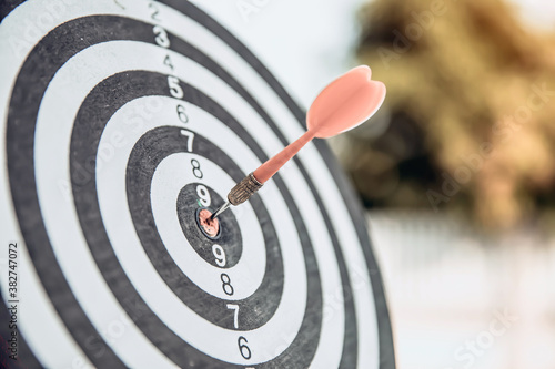 Papel de parede Bulls eye or dart board has red dart arrow throw hitting the center of a shooting target for business targeting and winning goals business concepts