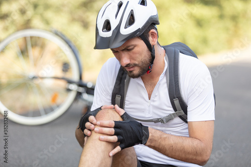 Foto man cyclist fell fell off road bike while cycling